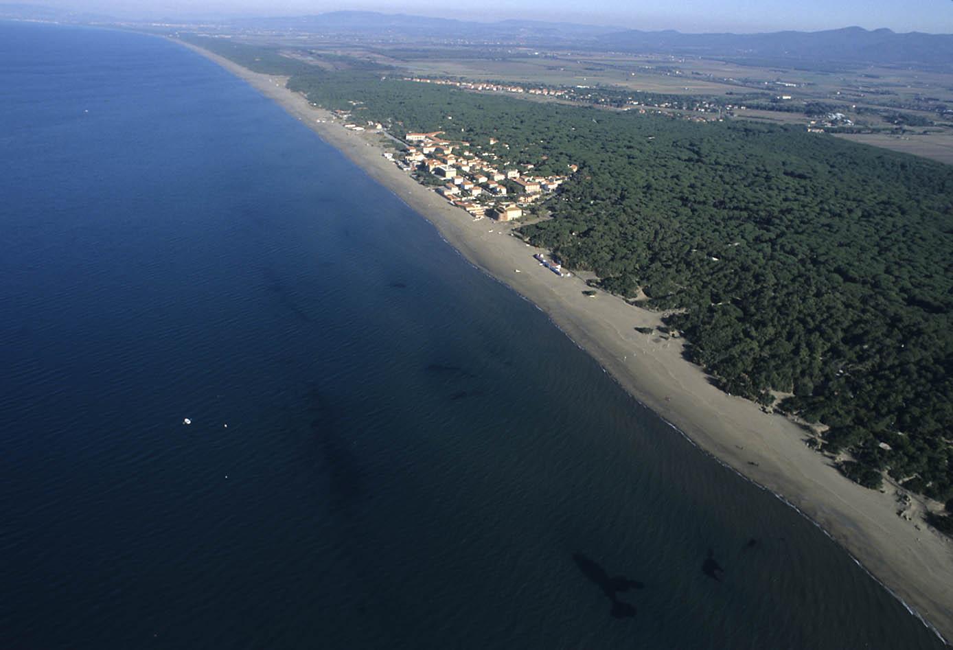 ITALIA, TOSCANA, COSTA DEGLI ETRUSCHI, Castagneto Carducci (LI), in volo col deltaplano sulla costa di Marina di Donoratico.