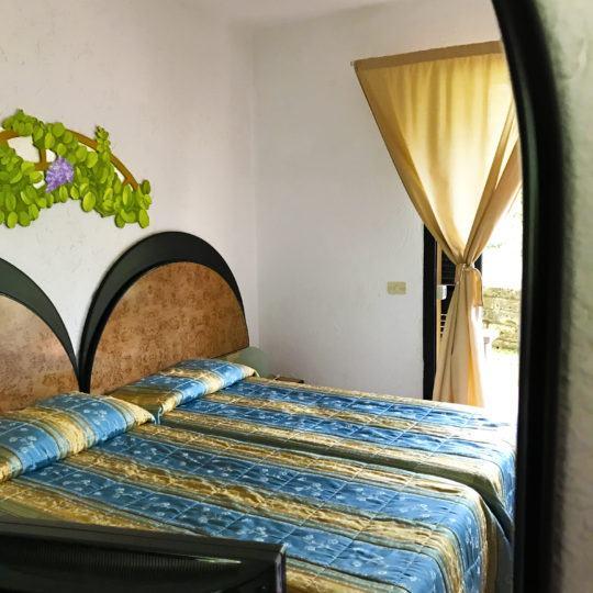 http://www.zimartino.com/wp-content/uploads/2017/03/particolare-specchio-letto-540x540.jpg
