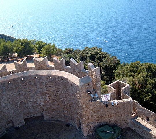 https://www.zimartino.com/wp-content/uploads/2018/01/640px-Castle_of_Populonia_-_From_the_tower-1-540x480.jpg